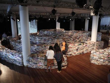 Exposição em Londres: um labirinto com livros